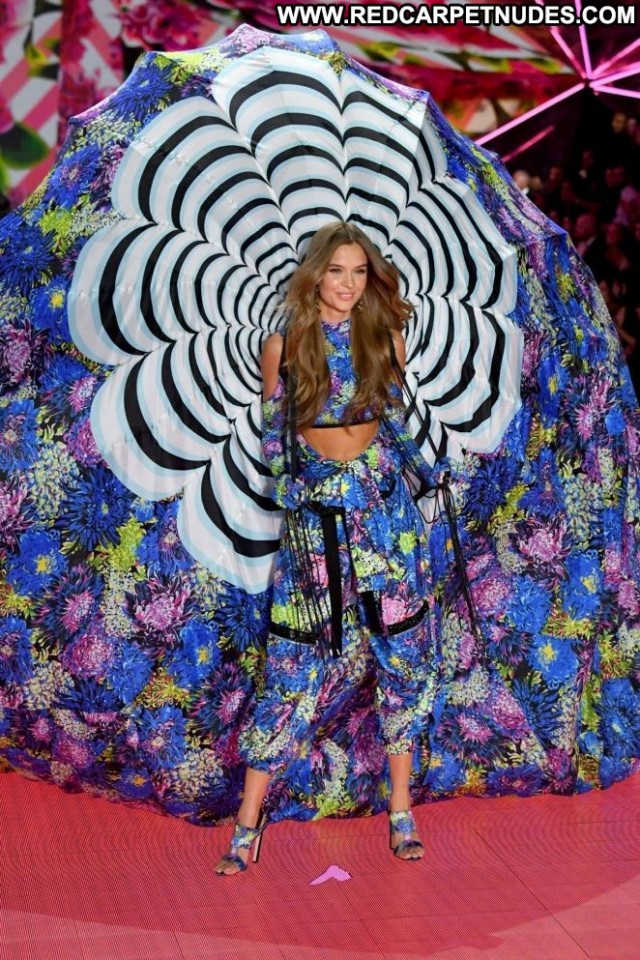 Josephine Skriver Fashion Show  Posing Hot Celebrity Babe Paparazzi