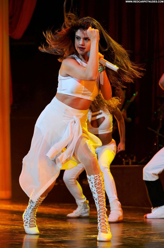Selena Gomez Performance  Beautiful High Resolution Candids Celebrity