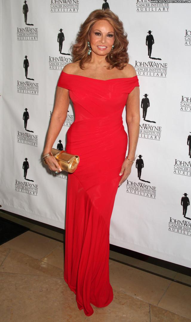 Raquel Welch High Resolution Posing Hot Celebrity Babe Beautiful