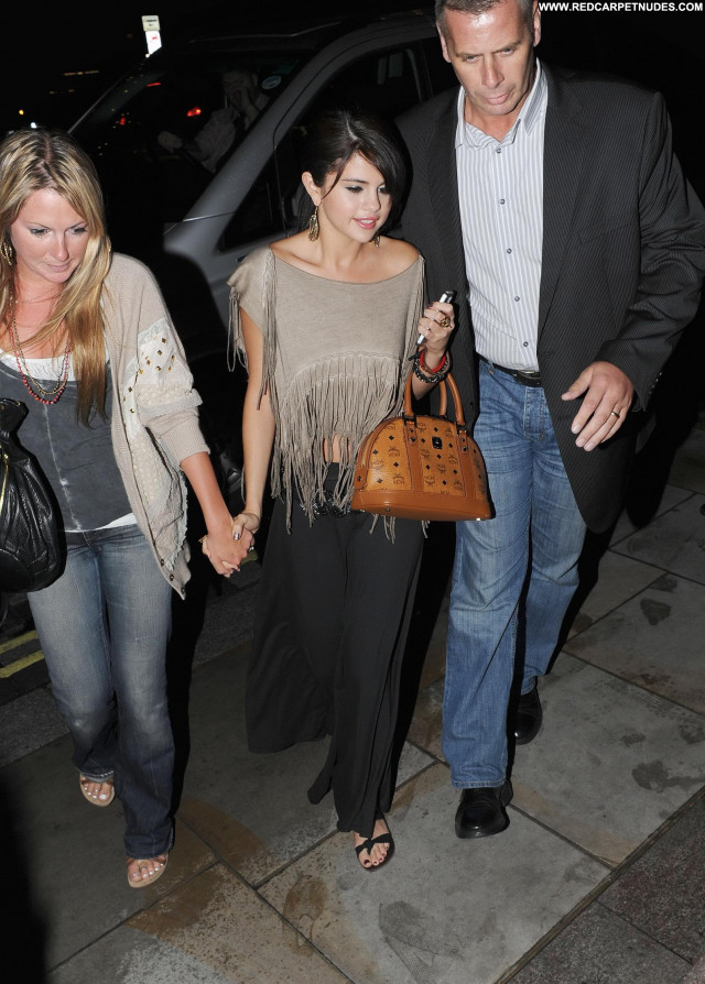 Selena Gomez Posing Hot Celebrity Beautiful London Babe Restaurant